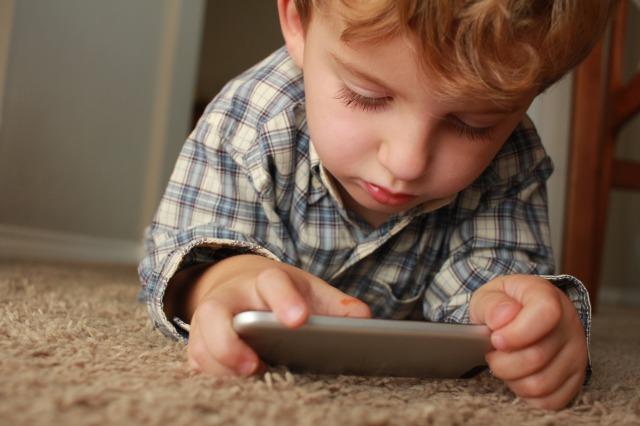 スマホゲームをする子供の画像