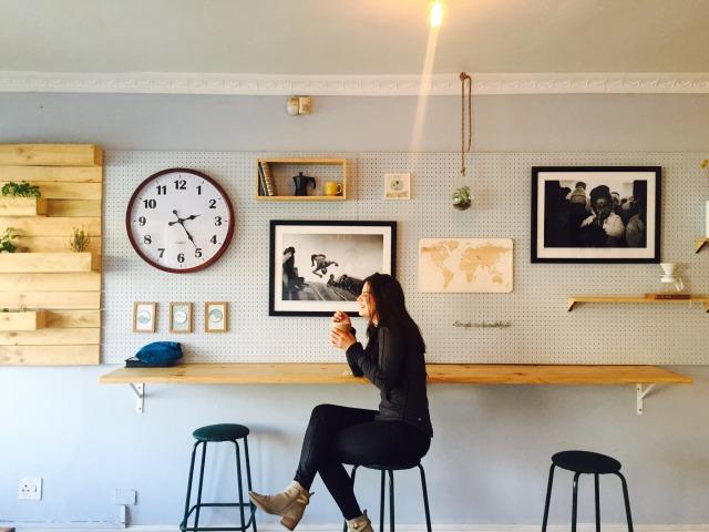 スツールに座る女性の画像