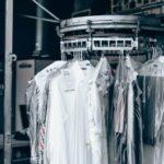 【服のシワ取り】アイロン不要!簡単ワザ9選+シワが出来ない洗濯方法
