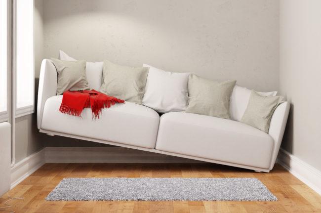 部屋のサイズに合っていないソファの画像