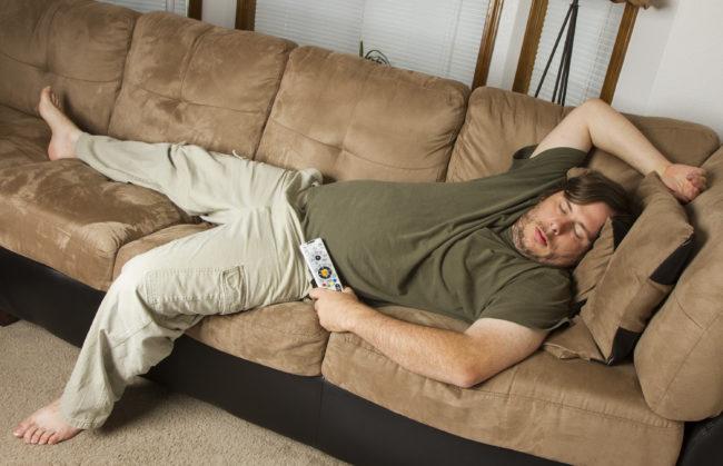 ソファで眠る男性の画像