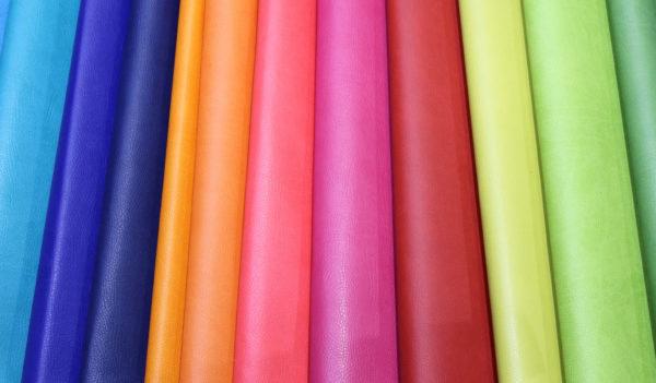 原色系のカーテン画像