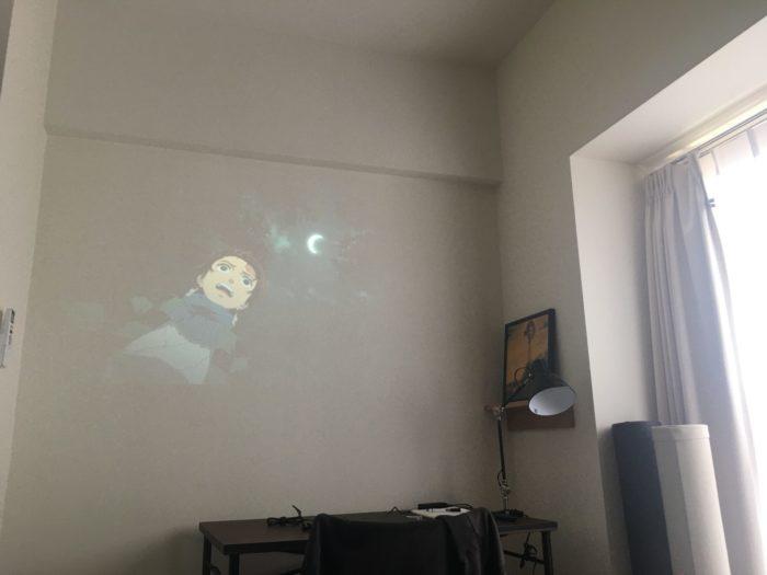 明るい部屋で撮影したプロジェクターの映像02