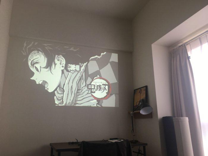 明るい部屋で撮影したプロジェクターの映像04