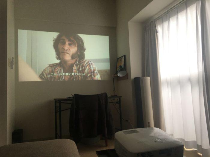 明るい部屋で撮影したプロジェクターの映像03